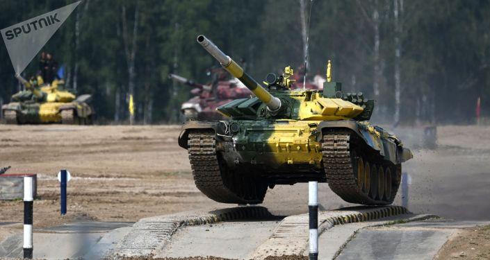 Танк Т-72Б3 команды военнослужащих Кыргызстана во время индивидуальной гонки в соревнованиях танковых экипажей на международном конкурсе Танковый биатлон-2021 на полигоне Алабино