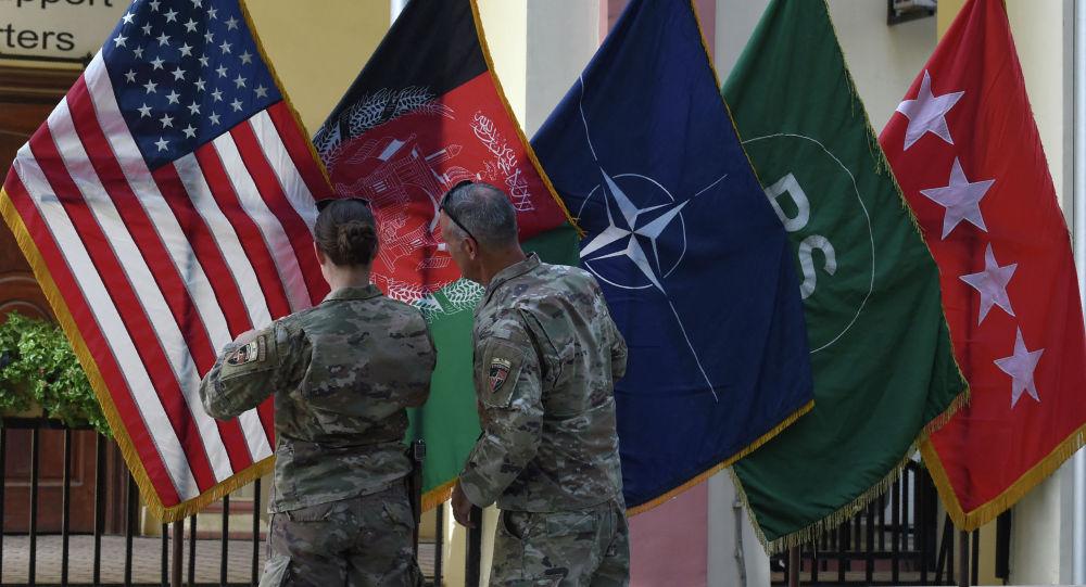 Америкалык аскерлер АКШ жана Афганистан желектерин түздөп жатышат Кабул шаарында. Архив