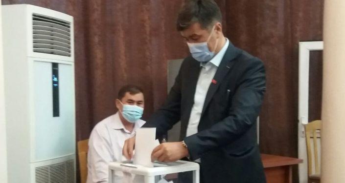 Депутаты голосуют во время сессии городского кенеша в Оше. 26 августа 2021 года