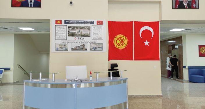 Вестибюль Бишкекской государственной больницы кыргызско-турецкой дружбы во время официального открытия. 26 августа 2021 года
