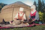 Женщины используют жаргылчак, для получения муки на джайлоо Кок-Жайык в ущелья Джети-Огуз во время показа кыргызской национальной одежды на джайлоо Кок-Жайык