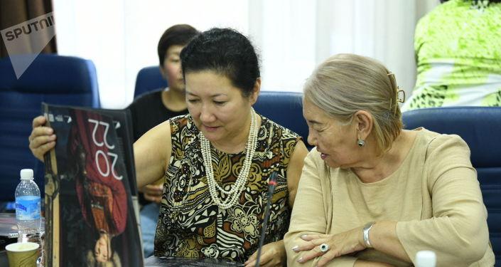 Основатель дома моды DILBAR Дильбар Ашимбаева во время просмотра календаря Sputnik на конференции на тему развития предпринимательства в Кыргызстане. 26 августа 2021 года