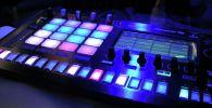 Синтезатор во время вечеринки электронной музыки. Иллюстративное фото