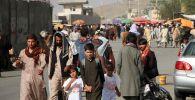 Кабулдагы аэропорттун жанында адамдар