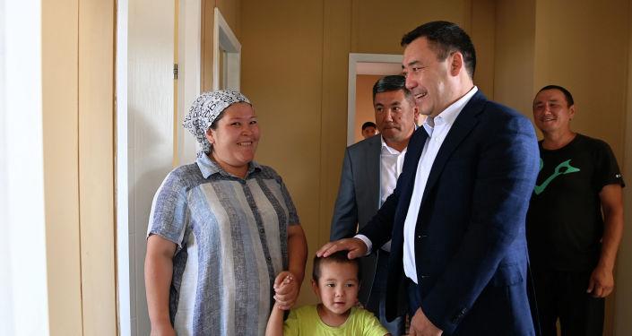 Президент Садыр Жапаров осмотрел новые жилые дома для 84 семей в селе Максат Лейлекского района, которые были сданы в эксплуатацию. 27 августа 2021 года
