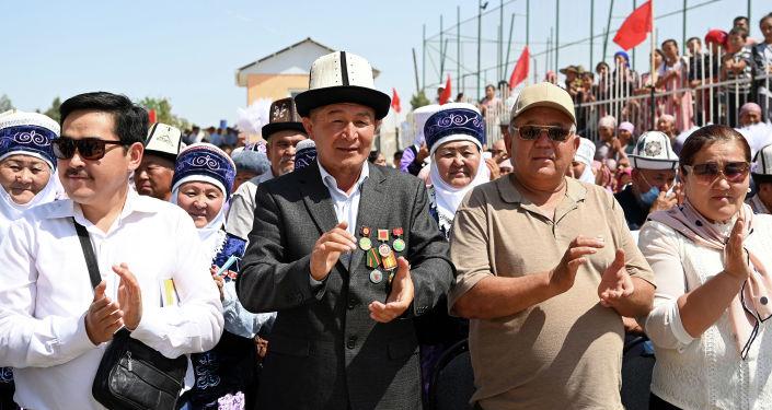 Жители села Максат Лейлекского района во время визита президента КР. 27 августа 2021 года