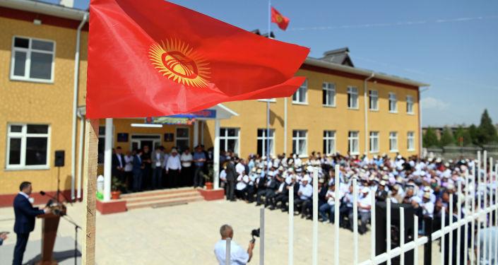 Здание школы в селе Максат Лейлекского района во время визита президента КР. 27 августа 2021 года