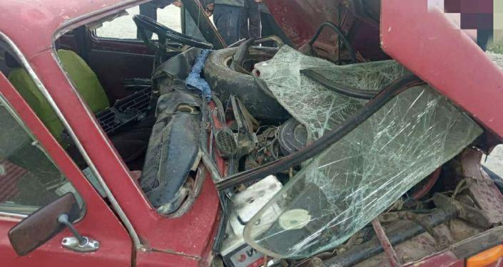 """Последствия ДТП на 23 км автомобильной дороги Сары-Булак-Орук-Там Кочкорском районе Нарынской области, где столкнулись машины марки """"Subaru Forester"""" и Niva."""