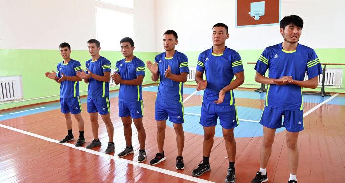 Волейболисты местной молодежной команды в спортивном зале восстановленной школы в селе Максат Лейлекского района