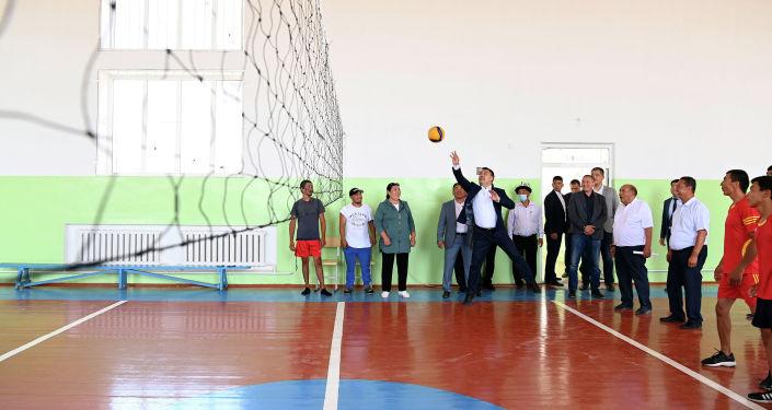 Президент Кыргызской Республики Садыр Жапаров во время посещения спортивного зала восстановленной школы символично поиграл волейбол с детьми и членами местной молодежной команды.
