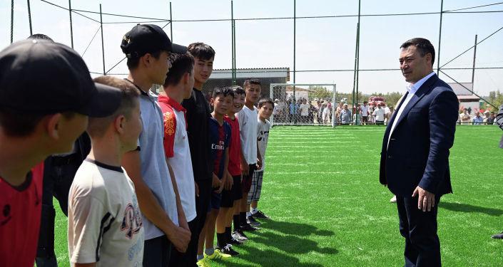 Президент Кыргызской Республики Садыр Жапаров во время посещения футбольного поля восстановленной школы символично поиграл в футбол с детьми и членами местной молодежной команды.