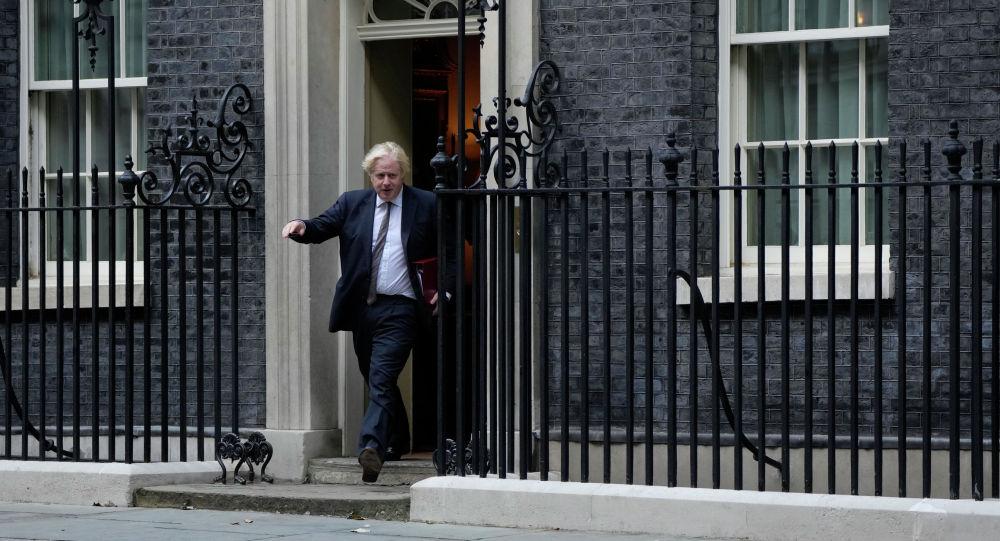 Премьер-министр Великобритании Борис Джонсон покидает Даунинг-стрит в Лондоне. 24 августа 2021 года