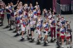 Российские спортсмены, члены сборной России (команда ОКР) во время парада атлетов на торжественной церемонии закрытия XXXII летних Олимпийских игр в Токио на Национальном олимпийском стадионе.