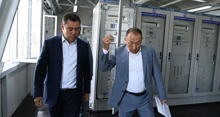 Президент Садыр Жапаров во время запуска новой подстанции Раззаков в Лейлекском районе Баткенской области. 27 августа 2021 года