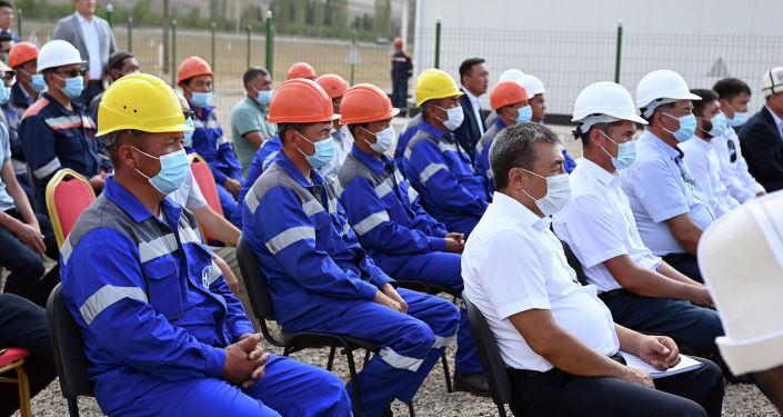 Сотрудники новой подстанции Раззаков во время запуска президентом КР, в Лейлекском районе Баткенской области. 27 августа 2021 года