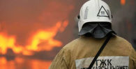 Сотрудник МЧС Казахстана во время тушения пожара. Архивное фото