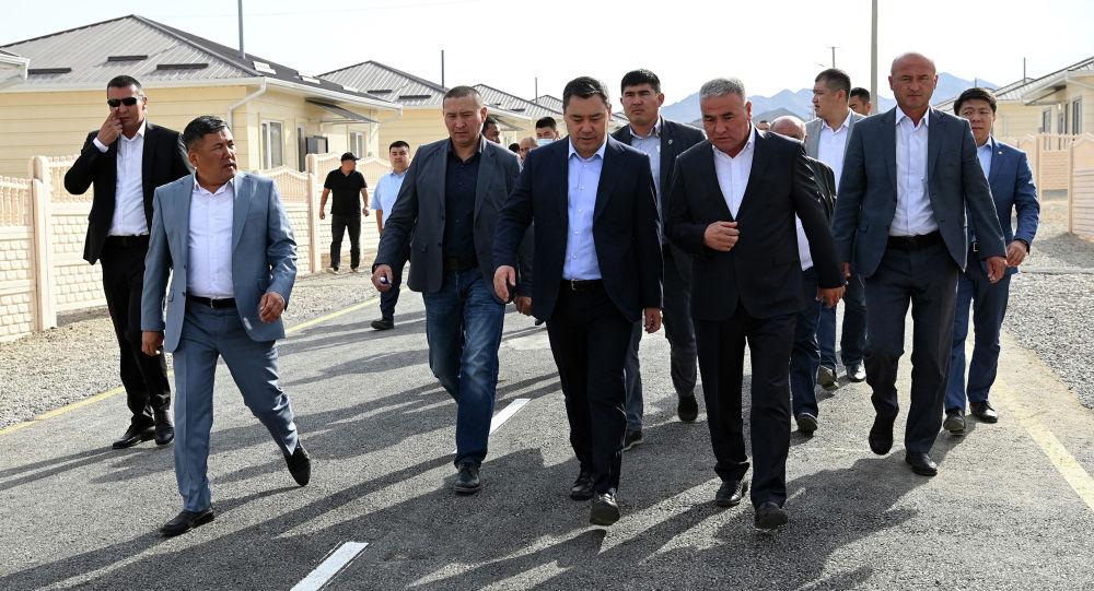 Президент Садыр Жапаров посетил городок, возводимый семьям погибших во время пограничного конфликта в Баткене