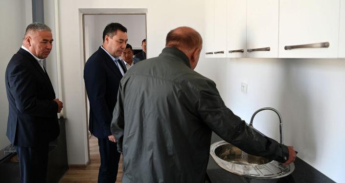 Президент Садыр Жапаров посетил городок, возводимый семьям погибших во время пограничного конфликта в Баткене. 28 августа 2021 года