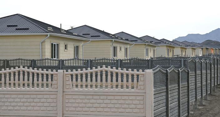 Дома городка, возводимого семьям погибших во время пограничного конфликта в Баткене. 28 августа 2021 года