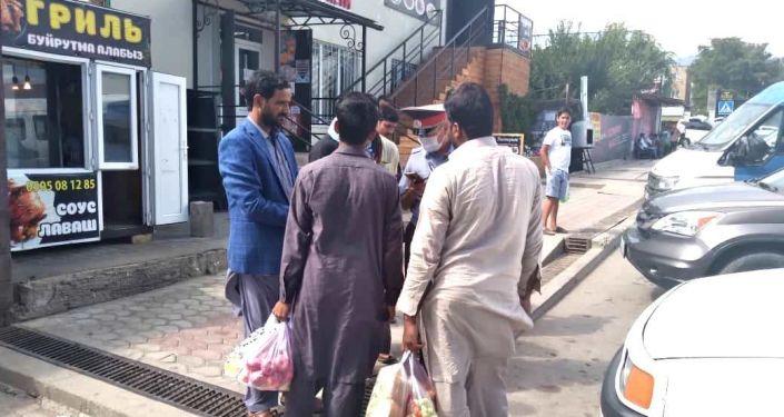 Граждане Пакистана во время профилактических мероприятий среди иностранных граждан на Иссык-Куле. 28 августа 2021 года
