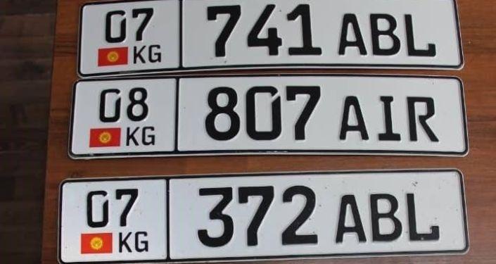 Автомобильные номера, документы и ключи задержанной партии праворульных автомашин, марки Toyota Estima, на КПП Чон-Капка — автодорожный. 28 августа 2021 года
