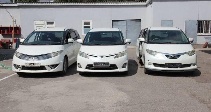 Задержанная партия праворульных автомашин марки Toyota Estima с государственными номерами КР на КПП Чон-Капка — автодорожный.  28 августа 2021 года