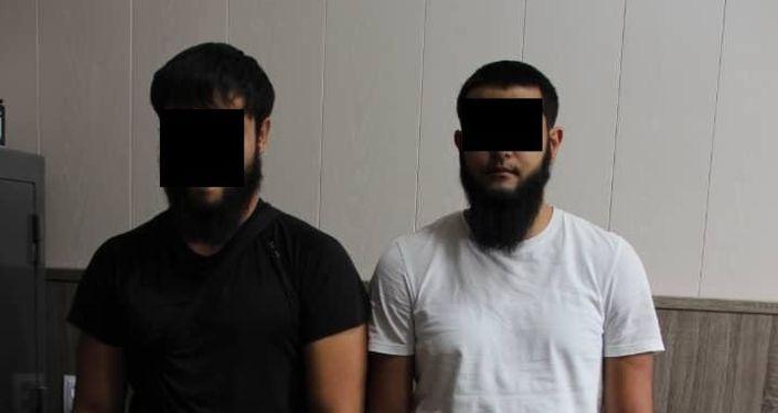 Задержанные граждане Казахстана, при попытке незаконного ввоза, трех праворульных автомобиля на территорию КР. 28 августа 2021 года