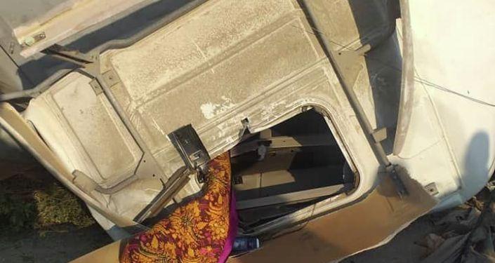 Авария на 280-м километре трассы Бишкек - Ош, на участке села Жаны-Жол, Джалал-Абадской области, где столкнулись минивэн Honda Stepwgn и грузовик Volvo. 28 августа 2021 года