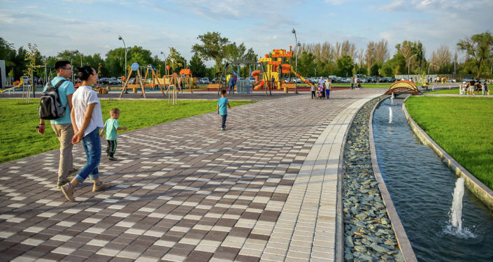 Отдыхающие в новом парке Ынтымак в Бишкеке. 28 августа 2021 года