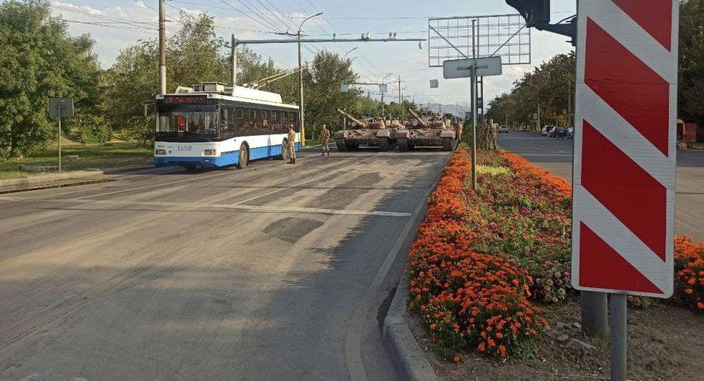 Танки на пересечении улицШабдан Баатыра и Валиханова (бывшиеЧуй — Чолпонатинская) в Бишкеке