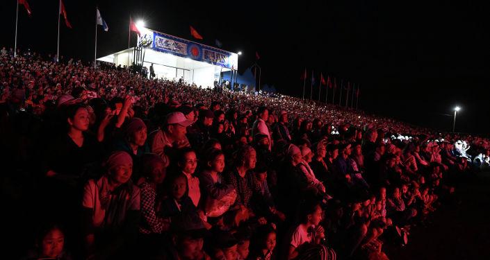 Зрители на театрализованном представлении Урааным Манас! в национальном комплексе Манас ордо в Таласской области