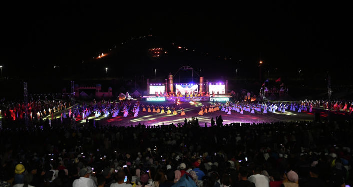 Артисты выступают на театрализованном представлении Урааным Манас! в национальном комплексе Манас ордо в Таласской области