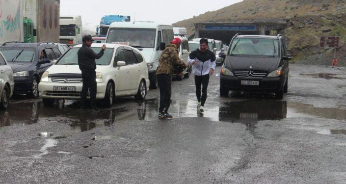 Военнослужащий Национальной гвардии, прапорщик Кайратбек Рапиев во время ультрамарафона из Суусамыра до Бишкека
