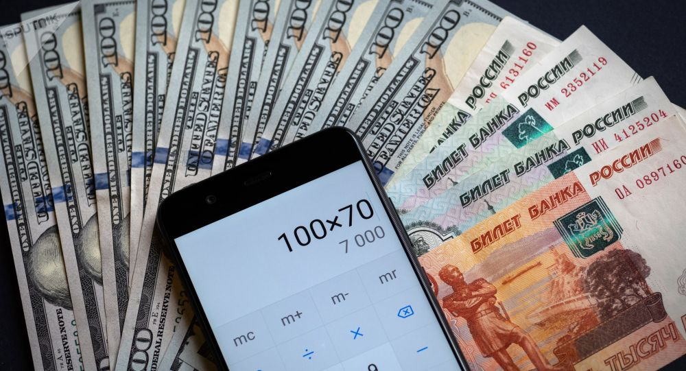 Калькулятор, купюры американских долларов и российских рублей. Архивное фото