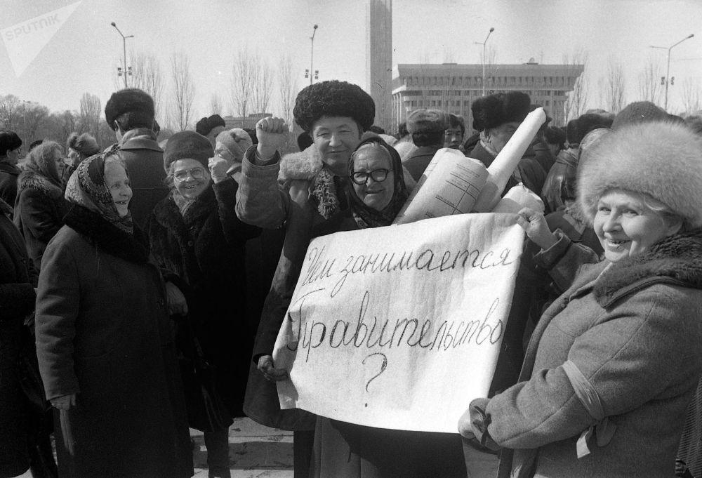 Борбордук аянтка митингге чыккан пенсионерлер, 1994-жыл