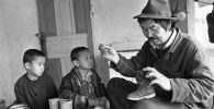 Многодетный отец, который шьет обувь для своих сыновей и дочерей.