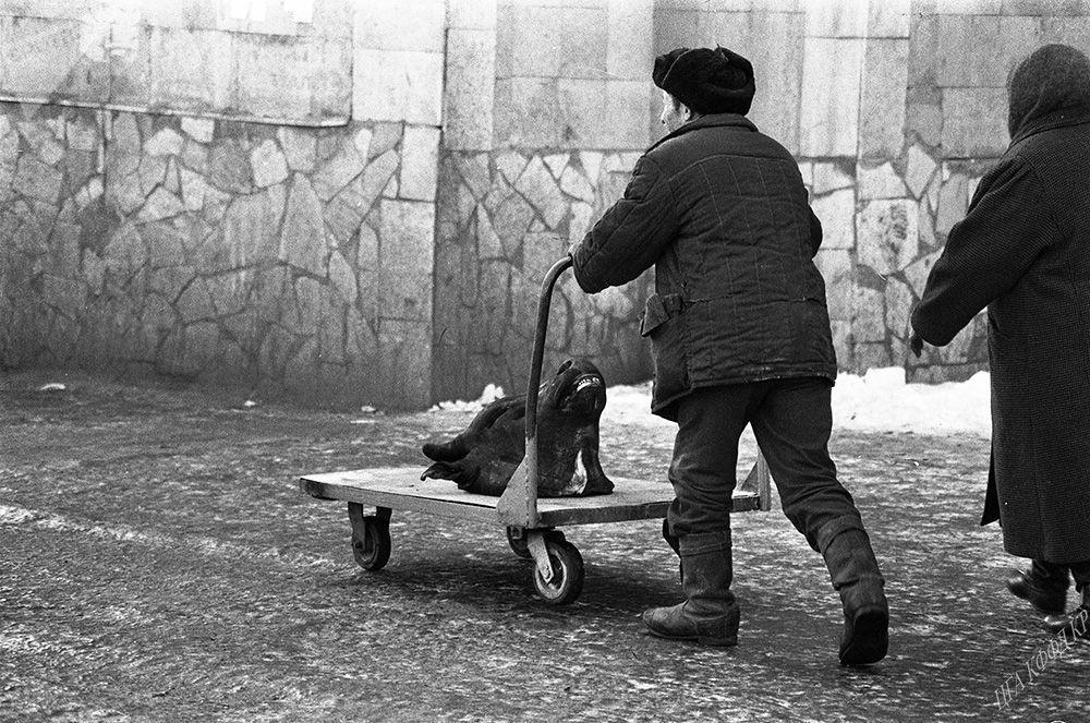 Бишкек шаарындагы Ош базарда араба сүйрөгөн эркек киши, 1992-жыл