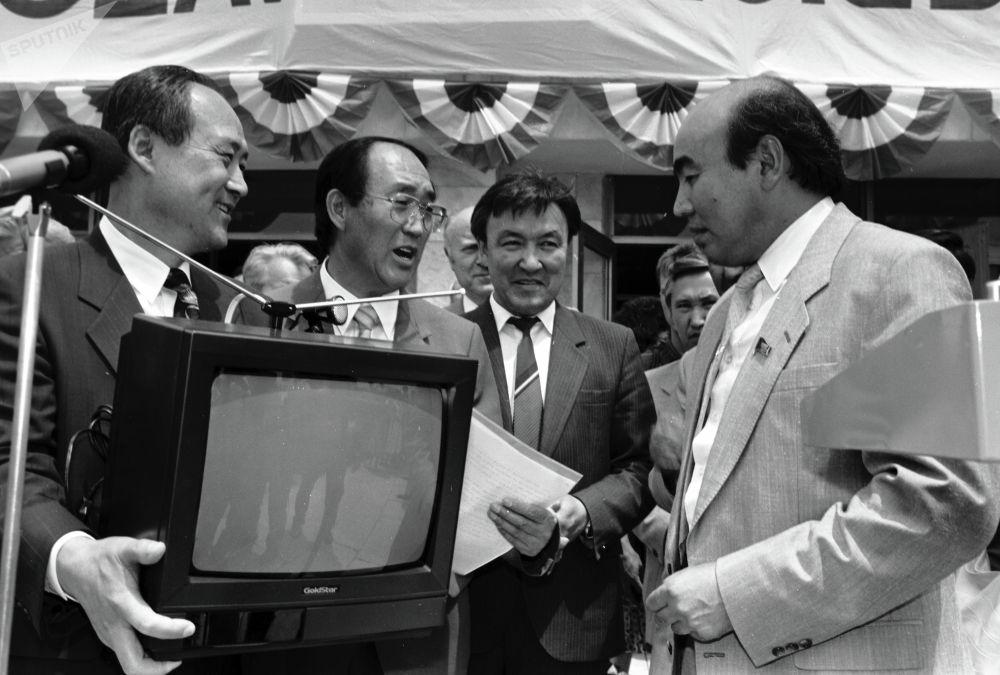 Голдстар фирмасынын президенти өлкө башчысы Аскар Акаевге телевизор белек кылууда, 1993-жыл