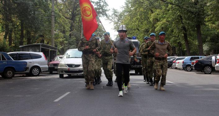 Марафонский забег военнослужащего Национальной гвардии, гвардии прапорщика Кайратбека Рапиева завершился в Бишкеке на площади Ала-Тоо. 31 августа 2021 года