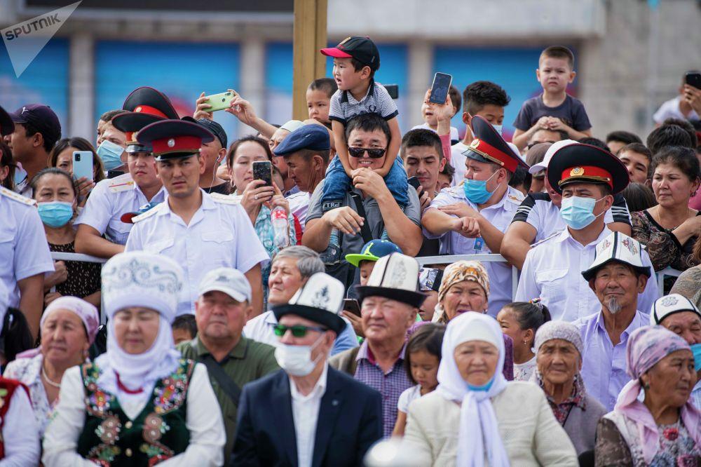 Многие горожане пришли посмотреть на парад с детьми. За общественным порядком следили сотрудники милиции.