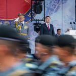 Садыр Жапаров принимает парад, слева от него сидит мэр Бишкека Айбек Джунушалиев, справа — министр обороны Таалайбек Омуралиев