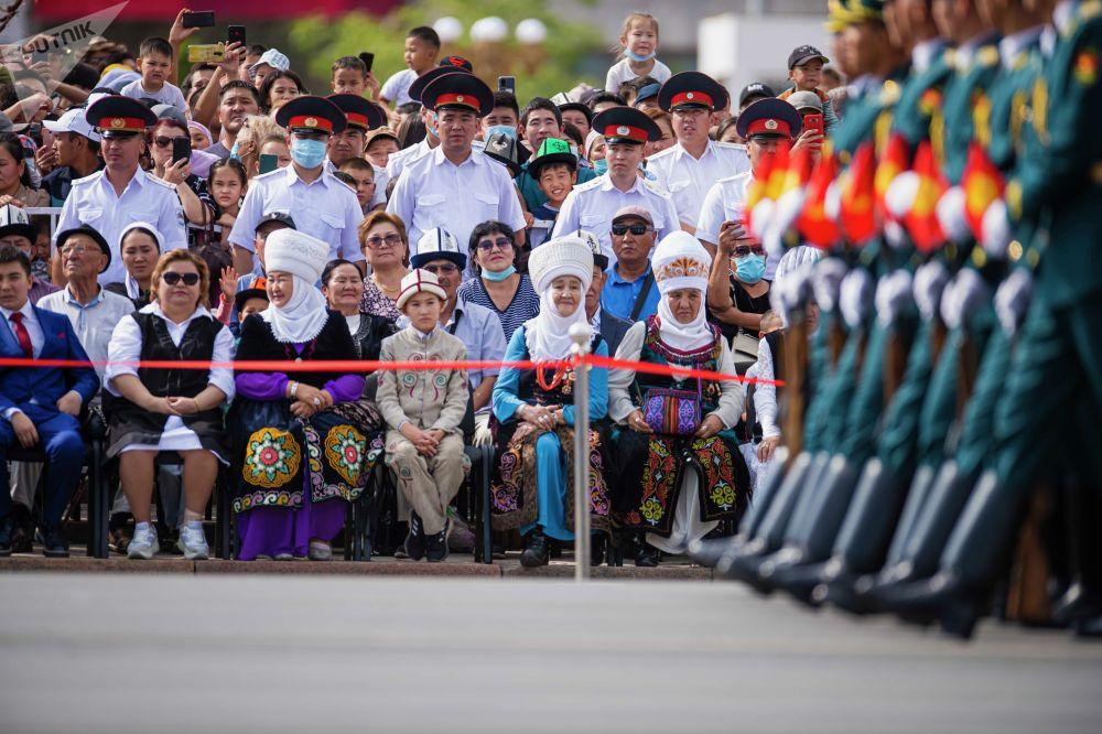 Понаблюдать за парадом собрались тысячи кыргызстанцев