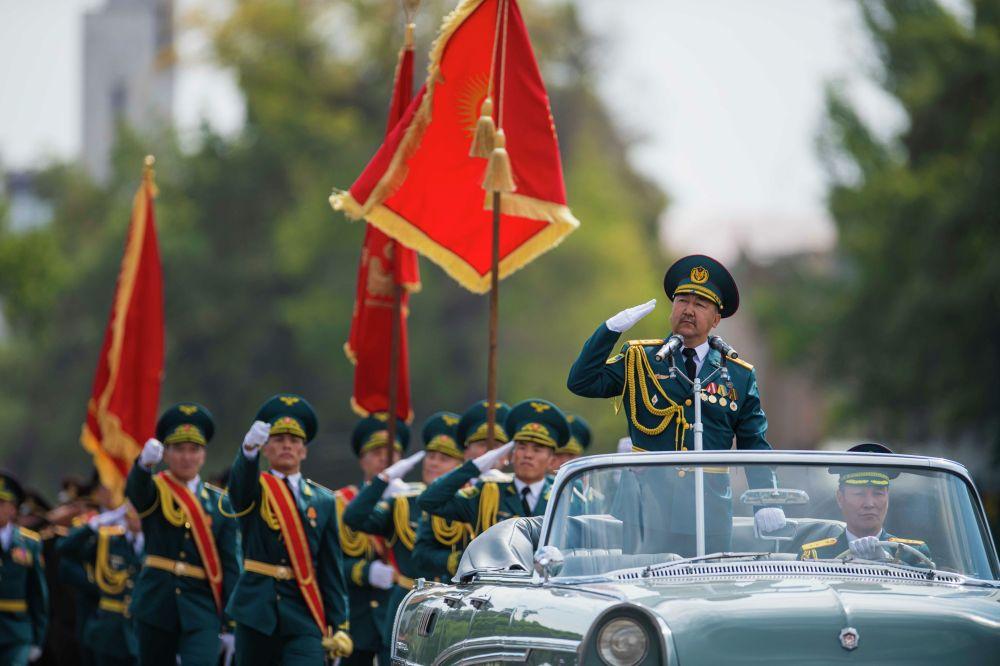Полковник Алмазбек Карасартов докладывают министру обороны о построении военнослужащих Бишкекского гарнизона