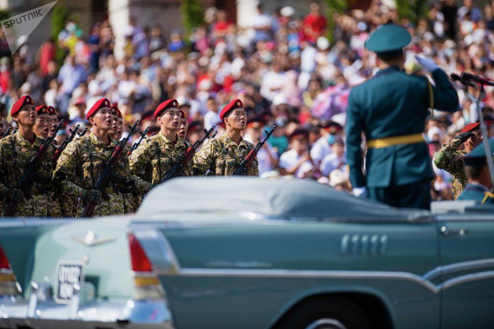 Парад возглавил министр обороны Таалайбек Омуралиев, а принял главнокомандующий Садыр Жапаров