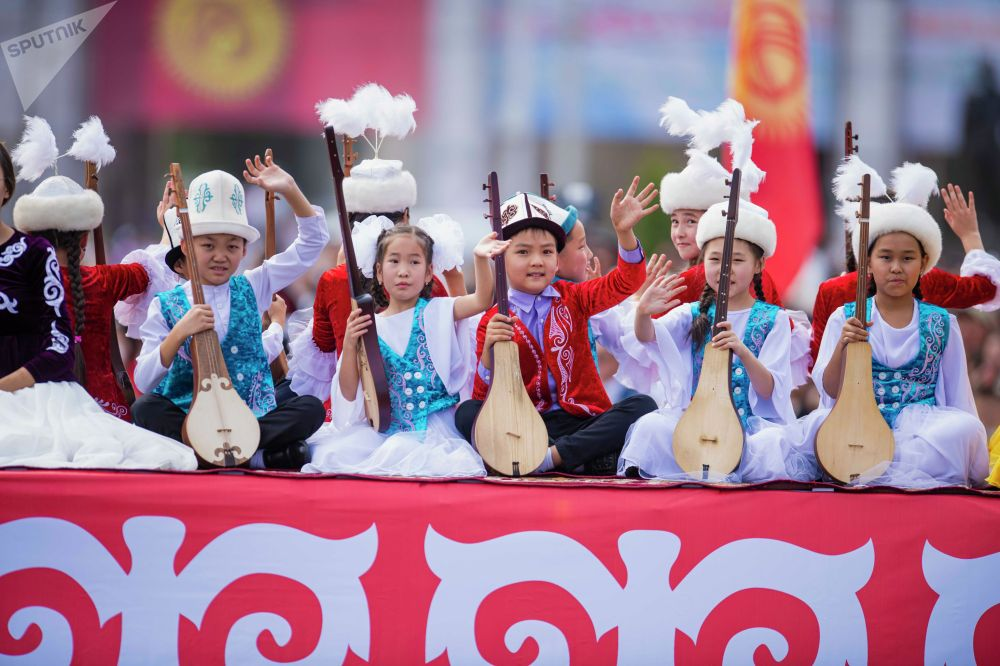 Юные комузисты на торжественном мероприятии в честь 30-летия независимости Кыргызстана