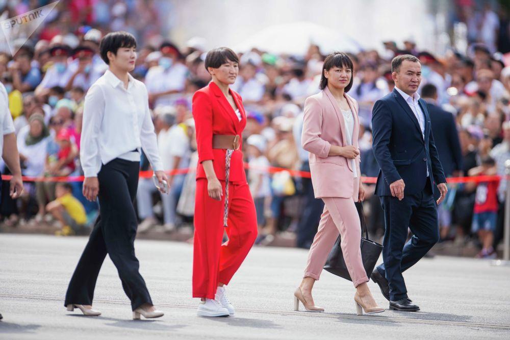 Спортсмены Айсулуу Тыныбекова, Мээрим Жуманазарова, Айпери Медет кызы и Канат Бегалиев также участвовали в параде