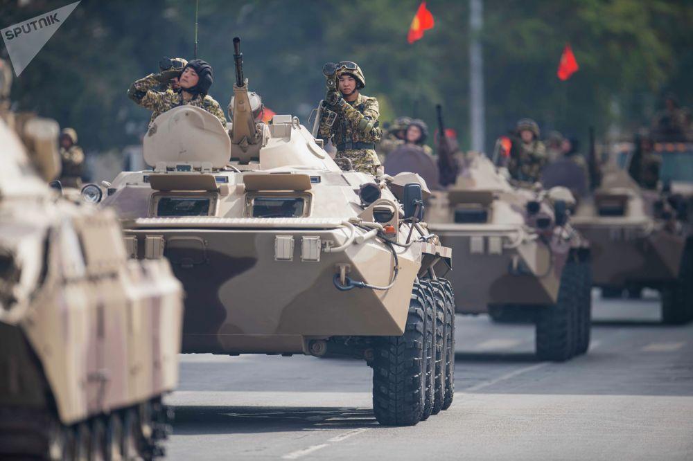 Зрителям показали военную технику — танки, боевые машины пехоты, бронетранспортеры, артиллерия и другое
