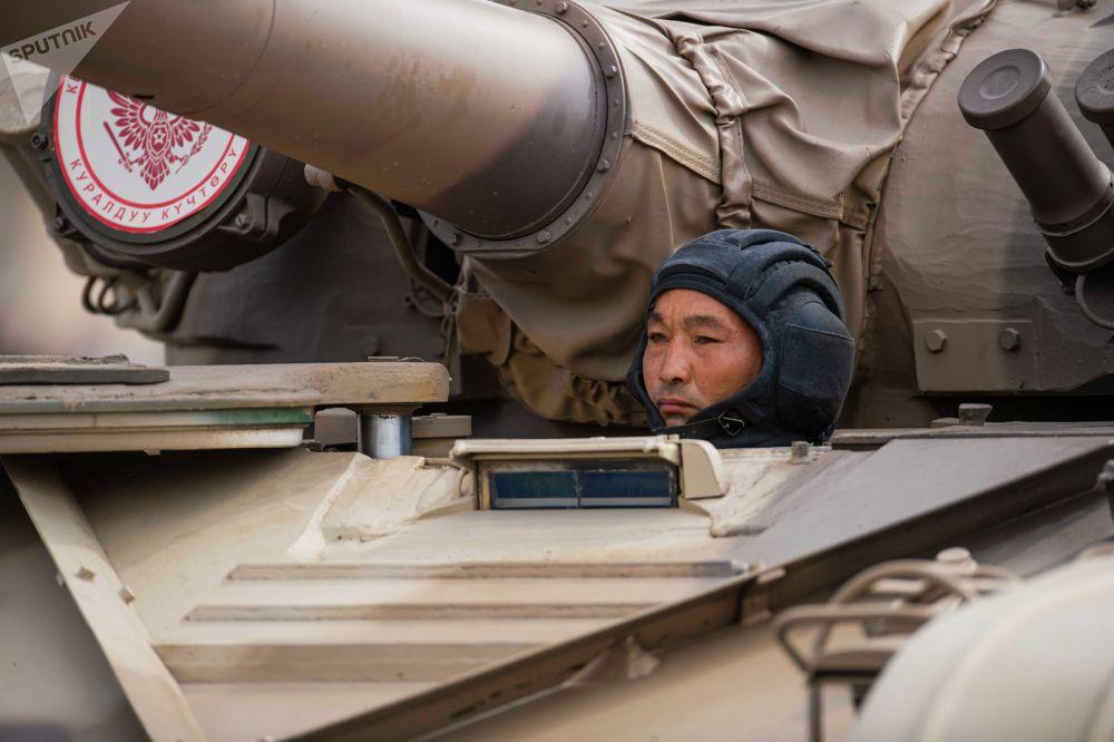 Танкист на танке Т-72 во время военного парада в Бишкеке