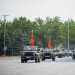 На площадь под знаменем легендарной Панфиловской дивизии въезжает колонна автомобильной техники