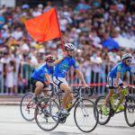 Велосипедист с флагом Кыргызстана на параде в честь 30-летия независимости республики